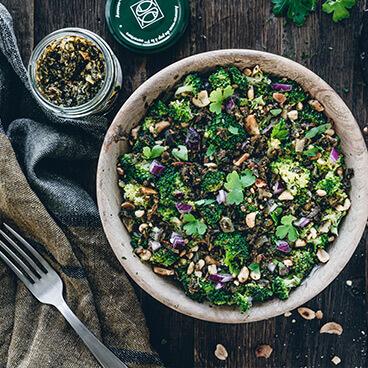Brocolis grillés au tartare aux algues et aux cacahuètes