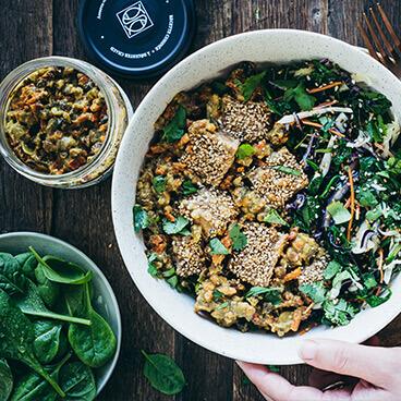 Salade Indie Veggie au tofu grillé aux graines de sésame