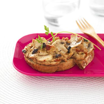 Tartine gratinée de champignons et thon à l'olive noire
